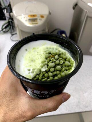 アイス抹茶ラテにミルクを注いだあと