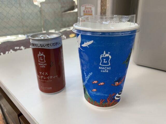 ローソンマチカフェのアイスアールグレイティーの缶とカップ