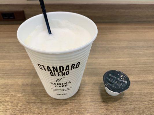 ファミマのホットミルクにヘーゼルナッツフレーバーシュガーとシロップを混ぜた状態