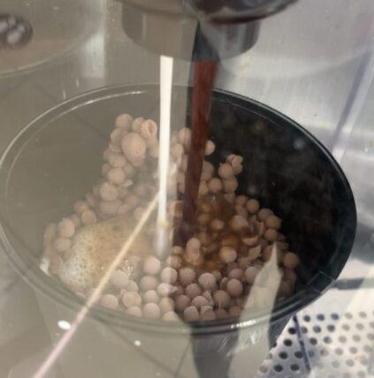 セブンイレブンのカフェラテショコラにミルクとコーヒーが注がれている所