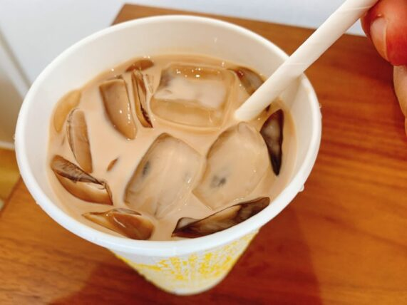 ローソンのアイスチョコチョコモーモーに黒糖わらび餅を入れて混ぜた様子