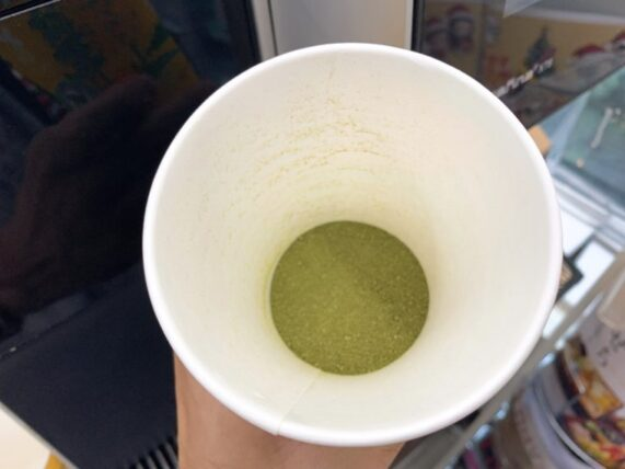 抹茶パウダーをカップに入れた様子