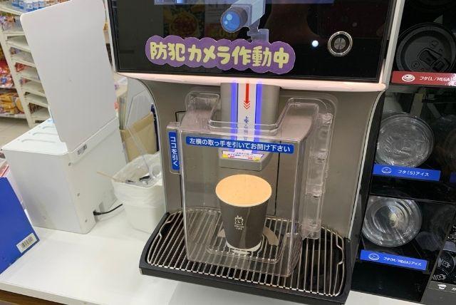 ローソンマチカフェでホットコーヒーを作る様子